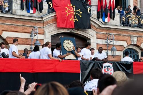 Les joueurs du Stade Toulousain entourrant le Brennus au Capitole en 2011