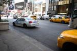 Photo d'une voiture de police et de taxis