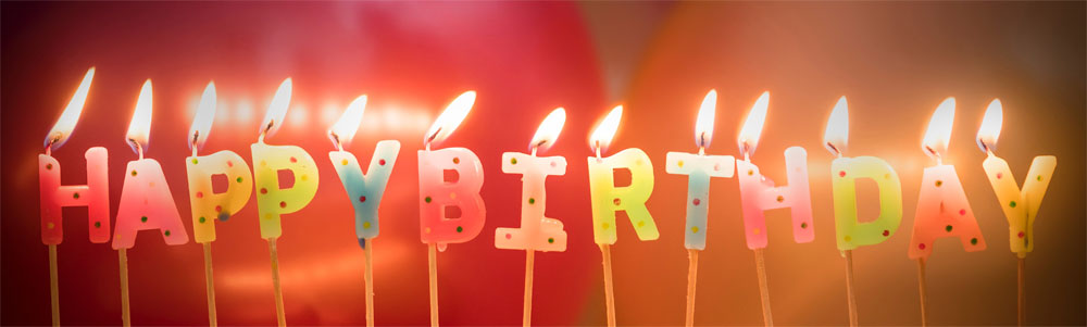 "Des bougies formant les mots ""Happy Birthday""."
