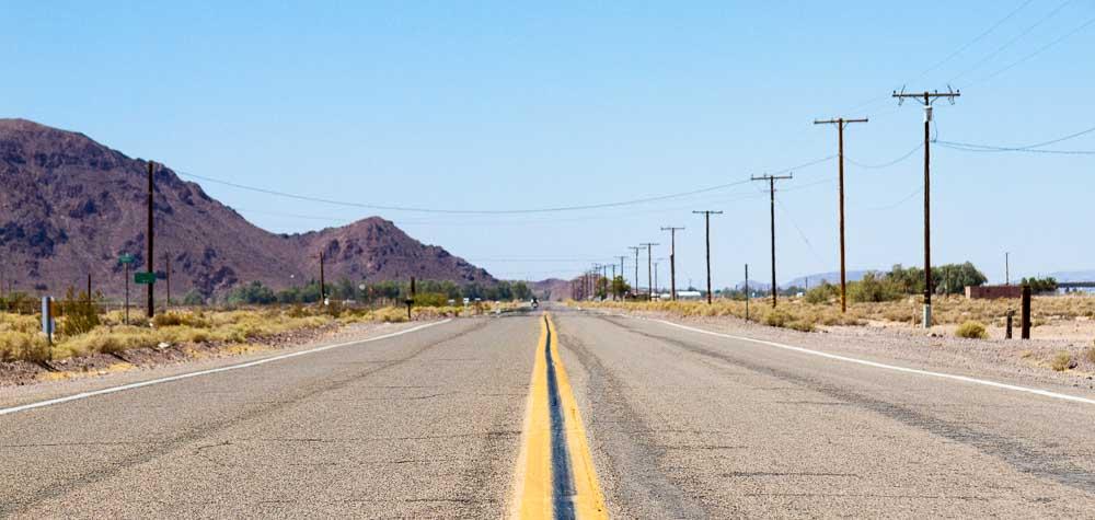 Une longue route américaine désertique.